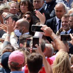 El presidente francés Emmanuel Macron posa para los amantes de la buena voluntad cuando sale del ayuntamiento, después de votar por la segunda vuelta de las elecciones a la alcaldía en Le Touquet, oeste de Francia. | Foto:Ludovic Marin / AFP