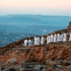 Los samaritanos se reúnen para rezar en la cima del monte Gerizim, cerca de la ciudad de Naplusa, en el norte de Cisjordania, mientras celebran el festival Shavuot al amanecer. | Foto:JAAFAR ASHTIYEH / AFP