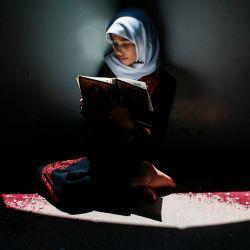 Una niña palestina asiste a una clase de memorización del Corán mientras respeta el distanciamiento social debido a la pandemia COVID-19, en una mezquita en la ciudad de Gaza. | Foto:MAHMUD HAMS / AFP