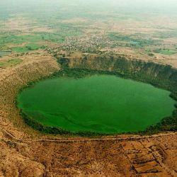 El lago Lonar se encuentra en el estado de Maharashtra, en el centro-oeste de la India, y es el tercer lago más grande formado en el cráter provocado por un meteorito.