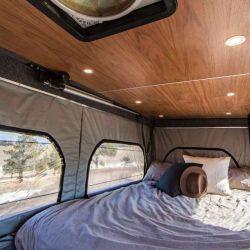 El techo elevable cuenta con un colchón oculto, iluminación LED y ventanas.