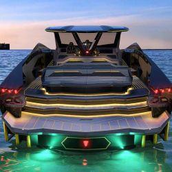 A nivel de diseño encontramos numerosos guiños a los modelos de Lamborghini, con formas afiladas y hexagonales.