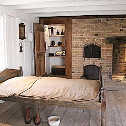 La habitaciones de la casa principal son sencillas, casi austeras.