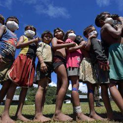 Los niños indígenas yanomami esperan para jugar en el 5to pelotón de la frontera especial en Auari, estado de Roraima, Brasil, en medio de la nueva pandemia de coronavirus COVID-19.    Foto:NELSON ALMEIDA / AFP