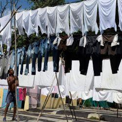 Un trabajador cuelga la ropa para secarla en una lavandería al aire libre en Hyderabad.   Foto:NOAH SEELAM / AFP