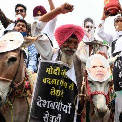Los trabajadores del partido del Congreso de la Juventud gritan consignas durante una protesta contra el gobierno central por las alzas de los precios de la gasolina y el diesel, en Amritsar.   Foto:NARINDER NANU / AFP