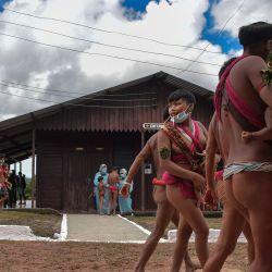 Miembros del grupo étnico yanomami y miembros del equipo médico de las Fuerzas Armadas de Brasil son vistos en un pelotón fronterizo especial, donde se realizan pruebas para COVID-19, en la tierra indígena de Surucucu, en Alto Alegre, Brasil, en medio de la nueva pandemia de coronavirus.  | Foto:NELSON ALMEIDA / AFP