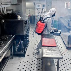 Un hombre desinfecta la cocina de un restaurante en el municipio de Envigado, cerca de Medellín, departamento de Antioquia, Colombia, en medio de la pandemia de COVID-19. - Los restaurantes que estaban planeando reabrir el 1 de julio todavía esperan la aprobación final del gobierno para hacerlo bajo estrictas medidas para evitar la propagación del nuevo coronavirus. | Foto:JOAQUIN SARMIENTO / AFP