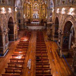 Vista aérea de fieles católicos que mantienen medidas de distanciamiento social para evitar la propagación del nuevo coronavirus en la iglesia de San Francisco en Quito. | Foto:RODRIGO BUENDIA / AFP