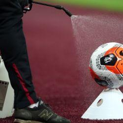 Una pelota de partido se rocía con desinfectante durante el partido de fútbol de la Premier League inglesa entre West Ham United y Chelsea en el London Stadium, en el este de Londres. | Foto:Julian Finney / POOL / AFP