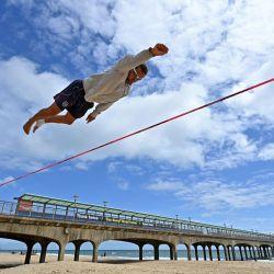 Slackliner Sandor Nagy practica en la playa de Boscombe, en la costa sur de Inglaterra. | Foto:Glyn Kirk / AFP