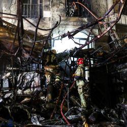Los socorristas se reunieron en el lugar de una explosión en el centro de salud Sina At'har en el norte de la capital de Irán, Teherán, en el norte de Teherán. La poderosa explosión en la clínica en el norte de Teherán mató a una docena de personas. | Foto:AMIR KHOLOUSI / ISNA / AFP