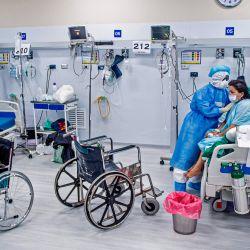 Una enfermera realiza fisioterapia en un paciente con COVID-19 en la Unidad de Cuidados Intensivos del Hospital Alberto Sabogal Sologuren, en Lima, en medio de la nueva pandemia de coronavirus. | Foto:Ernesto Benavides / AFP