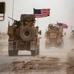 Los vehículos militares circulan en las proximidades de un campo petrolero en Rumaylan en medio de una tormenta de arena en la provincia de Hasakeh, noreste de Siria. | Foto:Delil Souleiman / AFP