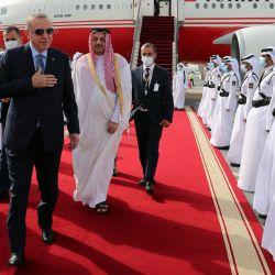 El viceprimer ministro y ministro de Estado de Asuntos de Defensa de Qatar, Khalid bin Mohammad al-Attiyah, da la bienvenida al presidente turco, Recep Tayyip Erdogan a su llegada. en Doha, Qatar. | Foto:MURAT CETINMUHURDAR / AFP