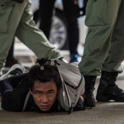 La policía antidisturbios detiene a un hombre mientras limpian a los manifestantes que participan en una manifestación contra una nueva ley de seguridad nacional en Hong Kong. | Foto:DALE DE LA REY / AFP