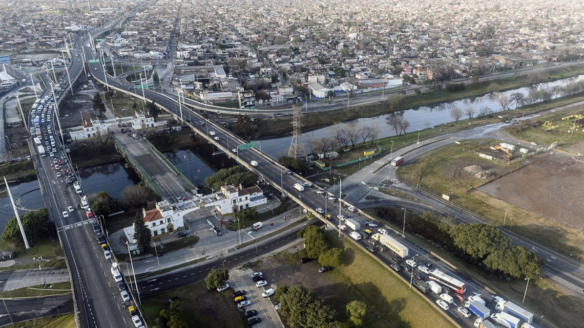 Handout picture released by Presidency showing an aerial view of vehicles queueing at a checkpoint at La Noria bridge, over the Riachuelo in Buenos Aires.