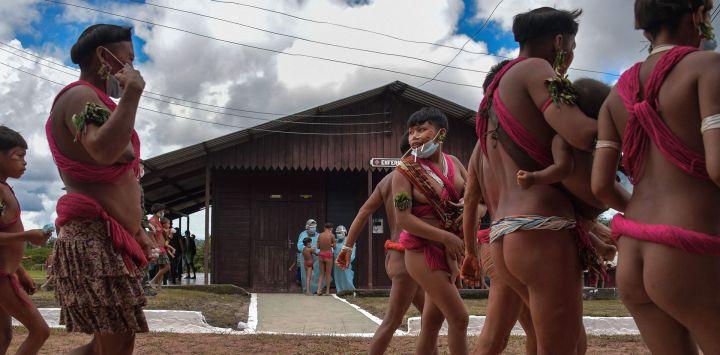 Miembros del grupo étnico yanomami y miembros del equipo médico de las Fuerzas Armadas de Brasil son vistos en un pelotón fronterizo especial, donde se realizan pruebas para COVID-19, en la tierra indígena de Surucucu, en Alto Alegre, Brasil, en medio de la nueva pandemia de coronavirus.