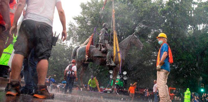 La estatua de Stonewall Jackson se retira de Monument Avenue en Richmond, Virginia. - Los trabajadores en Richmond, Virginia, quitaron una estatua de Thomas