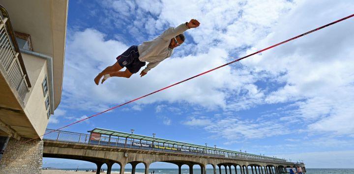 Slackliner Sandor Nagy practica en la playa de Boscombe, en la costa sur de Inglaterra.