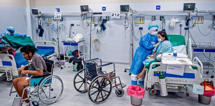 Una enfermera realiza fisioterapia en un paciente con COVID-19 en la Unidad de Cuidados Intensivos del Hospital Alberto Sabogal Sologuren, en Lima, en medio de la nueva pandemia de coronavirus.