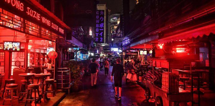 La gente camina por la calle turística Soi Cowboy después de la reapertura de los bares, ya que las restricciones para detener la propagación de la enfermedad COVID-19 se alivian en Bangkok.