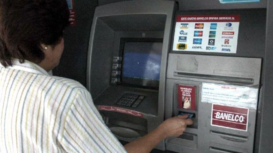 Los bancos no pueden cobrar comisión por usar los cajeros