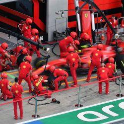 Los mecánicos de Ferrari practican un cambio de neumáticos en el automóvil del piloto monegasco de Ferrari Charles Leclerc, en la víspera de la primera sesión de práctica en el Gran Premio de Fórmula 1 de Austria en Spielberg, Austria. | Foto:Joe Klamar / AFP