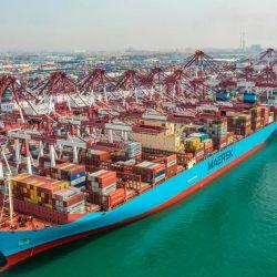 Esta foto muestra un buque de carga atracando en un puerto en Qingdao, en la provincia oriental china de Shandong. | Foto:STR / AFP