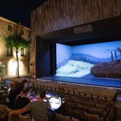 Los técnicos instalaron los decorados y el set de iluminación de la ópera  | Foto:Clement Mahoudeau / AFP