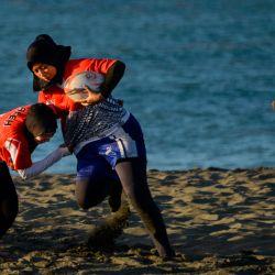 Los jugadores de rugby participan en una sesión de entrenamiento en una playa de Banda Aceh. | Foto:CHAIDEER MAHYUDDIN / AFP