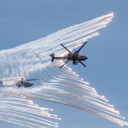 Esta foto muestra dos helicópteros de ataque AH-64E de fabricación estadounidense que liberan bengalas durante un simulacro en Taichung.  | Foto:MINISTERIO DE DEFENSA DE TAIWÁN / AFP