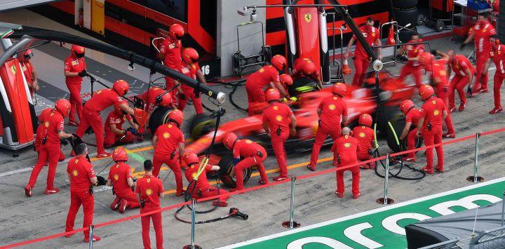 Los mecánicos de Ferrari practican un cambio de neumáticos en el automóvil del piloto monegasco de Ferrari Charles Leclerc, en la víspera de la primera sesión de práctica en el Gran Premio de Fórmula 1 de Austria en Spielberg, Austria.