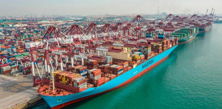 Esta foto muestra un buque de carga atracando en un puerto en Qingdao, en la provincia oriental china de Shandong.