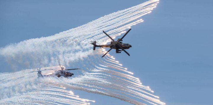 Esta foto muestra dos helicópteros de ataque AH-64E de fabricación estadounidense que liberan bengalas durante un simulacro en Taichung.