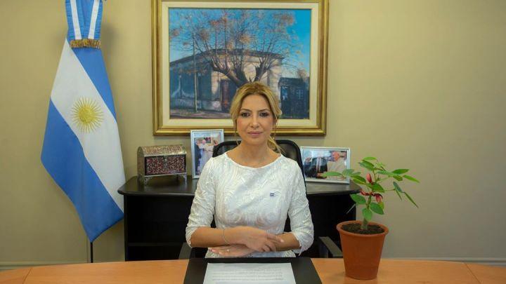 Fabiola Yañez saludó a los locutores en su día