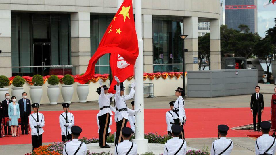 La bandera china ondea con fuerza en el territorio de Hong Kong. Beijing reforzó su control.