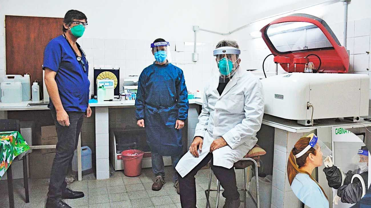 Equipo. El infectólogo Favio Crudo de la ONG Mundo Sano y la cabina de seguridad que utilizan para tomar las muestras.