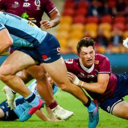 James Ramm de Waratahs es abordado por Jock Campbell de los Rojos durante el partido de Super Rugby entre los Queensland Reds de Australia y los Waratahs de Nueva Gales del Sur en el estadio Suncorp en Brisbane. | Foto:Patrick Hamilton / AFP