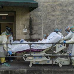 Los miembros del personal médico mueven una cama para transferir a un paciente a otra habitación fuera de la unidad de cuidados intensivos COVID-19 en el United Memorial Medical Center en Houston, Texas.  | Foto:Go Nakamura / Getty Images / AF