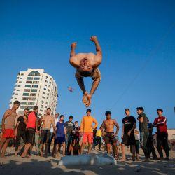 Hombres palestinos hacen ejercicio antes del atardecer en la playa de la ciudad de Gaza.  | Foto:MOHAMMED ABED / AFP