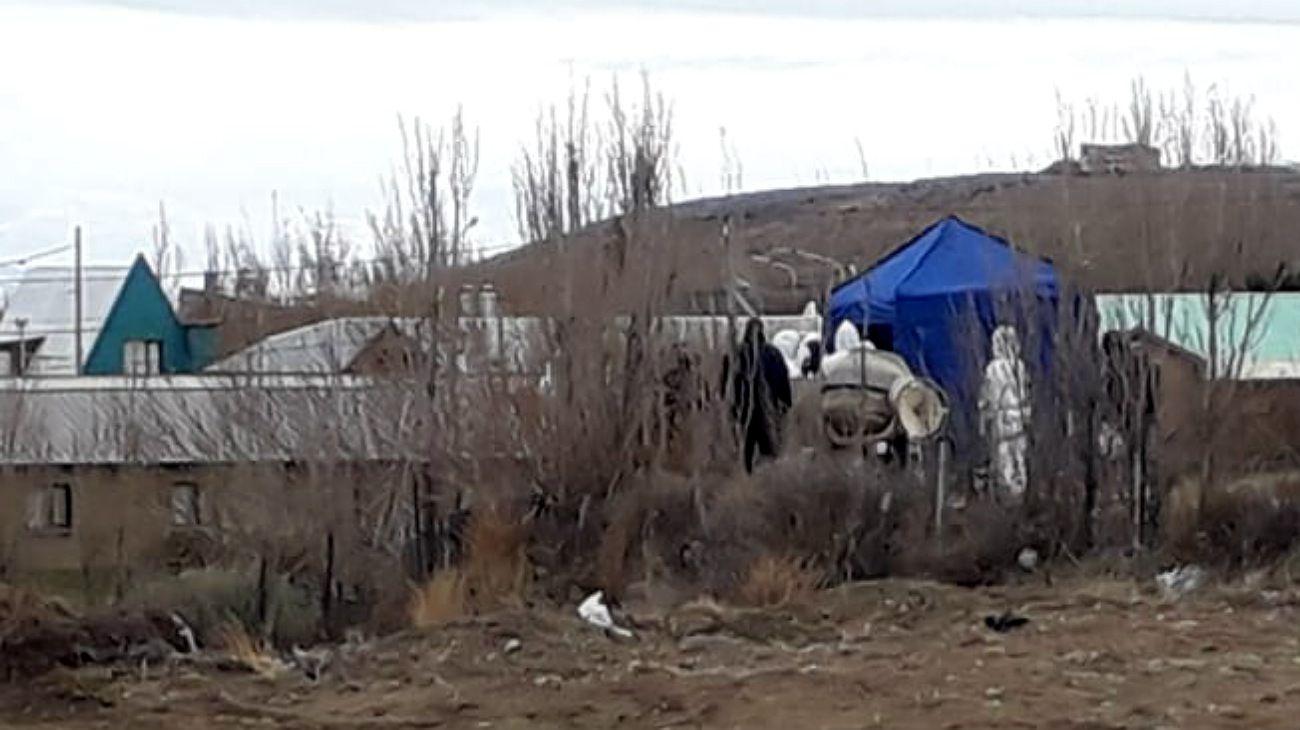 Los fondos de la casa de El Calafate con la policía trabajando. La carpa azul en el lugar donde estaba enterrado el cuerpo. FOTO: CEDOC