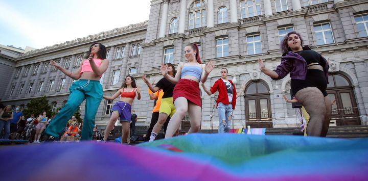 Los participantes bailan antes del inicio del paseo en bicicleta