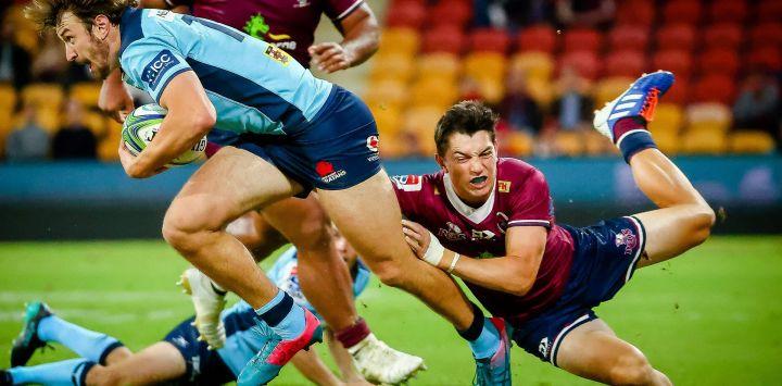 James Ramm de Waratahs es abordado por Jock Campbell de los Rojos durante el partido de Super Rugby entre los Queensland Reds de Australia y los Waratahs de Nueva Gales del Sur en el estadio Suncorp en Brisbane.