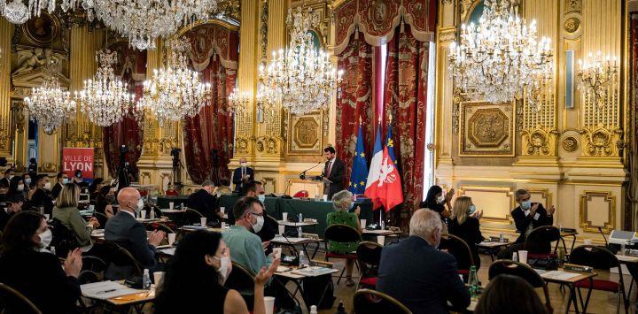 El candidato del Partido Verde francés EELV para las elecciones a la alcaldía de Lyon, Gregory Doucet, pronuncia un discurso después de ser elegido como el nuevo alcalde de Lyon.