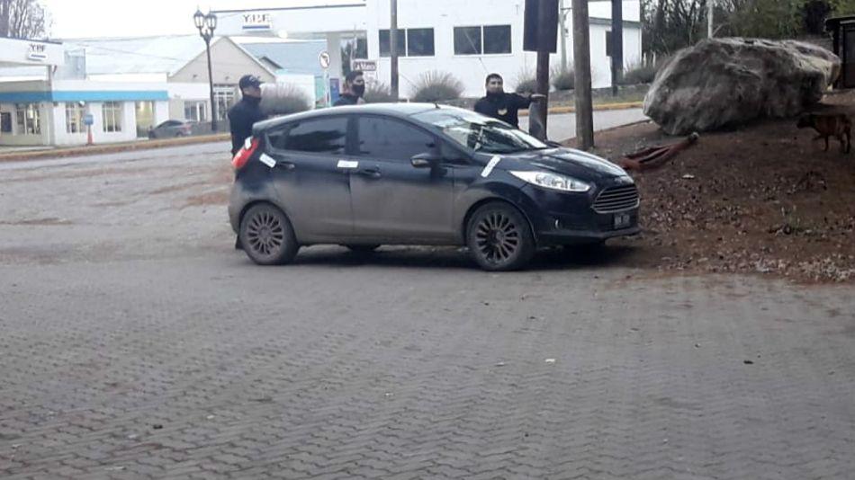 Los vehiculos de dos de los detenidos por el crimen de Fabián Gutiérrez, esta mediodía en El Calafate.