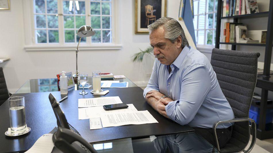 Archivo. Alberto Fernández en una llamada telefónica.