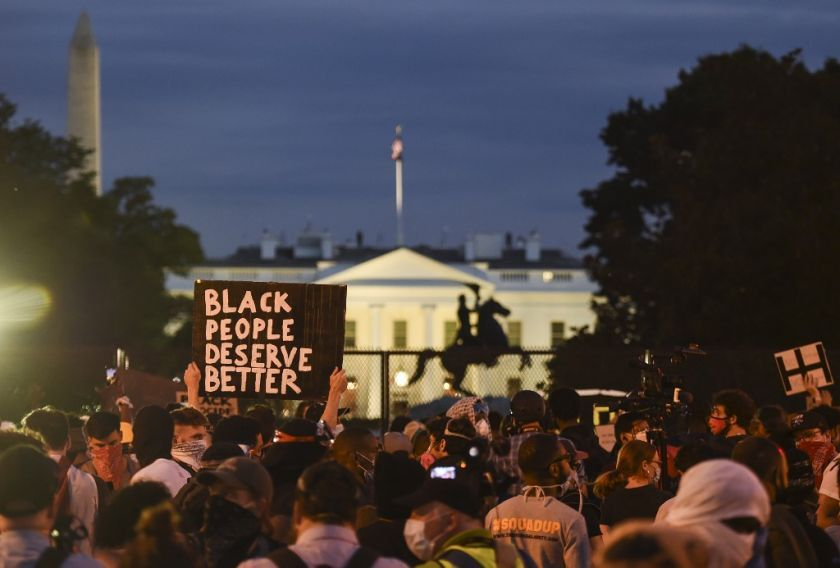 Las protestas por la muerte de un ciudadano negro a manos de la policía se intensificaron en Washington, Nueva York y otras ciudades ante la indignación que generó la orden del presidente Donald Trump de reprimir una manifestación pacífica y su amenaza de