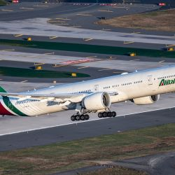 La línea aérea de bandera italiana retoma sus operaciones con otro nombre, gerencia y menos aviones: se denominará Alitalia TAI .