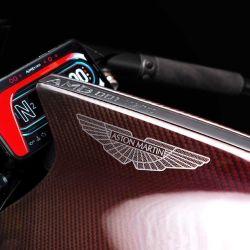 La inesperada moto de Aston Martin cuenta con un motor bicilíndrico en V, turboalimentado y con intercooler, de 180 CV.